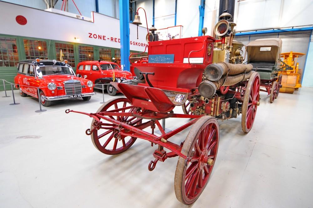 Старинная пожарная повозка в музее науки и техники в Дании