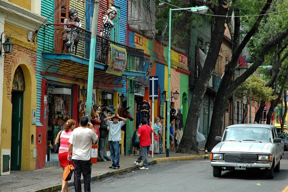 Разноцветные дома в районе квартала Ла Бока в Буэнос-Айресе