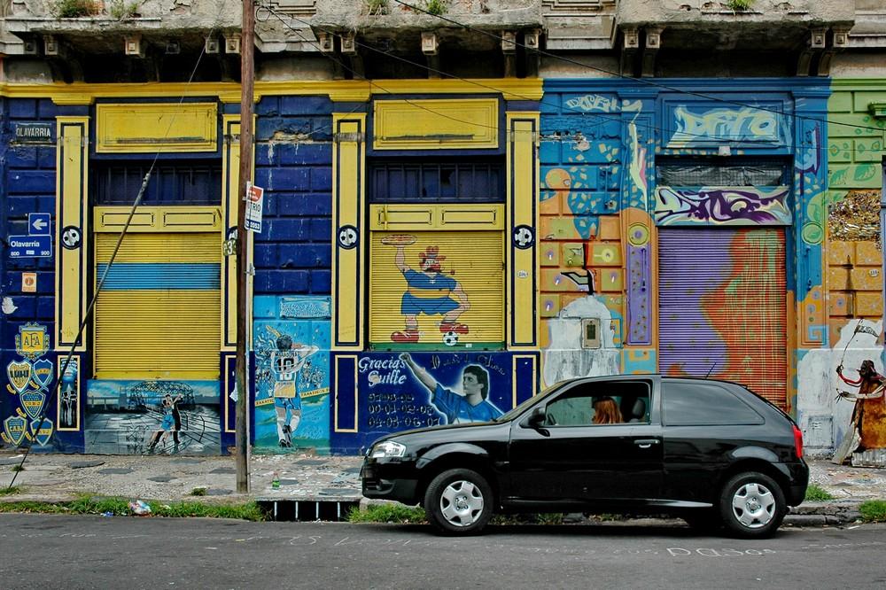 Дом, разрисованный граффити в квартале Ла Бока