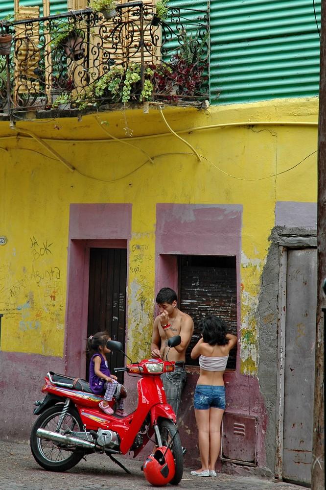 Жители квартала Ла Бока в Буэнос-Айресе
