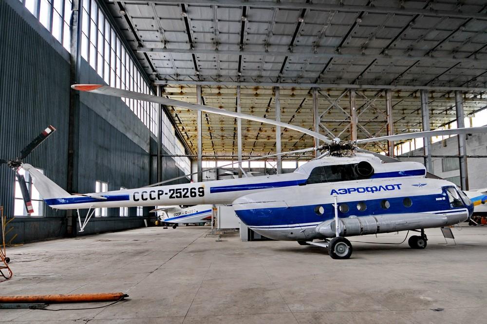Вертолет Ми-8 в Ангаре НАУ в центре Киева