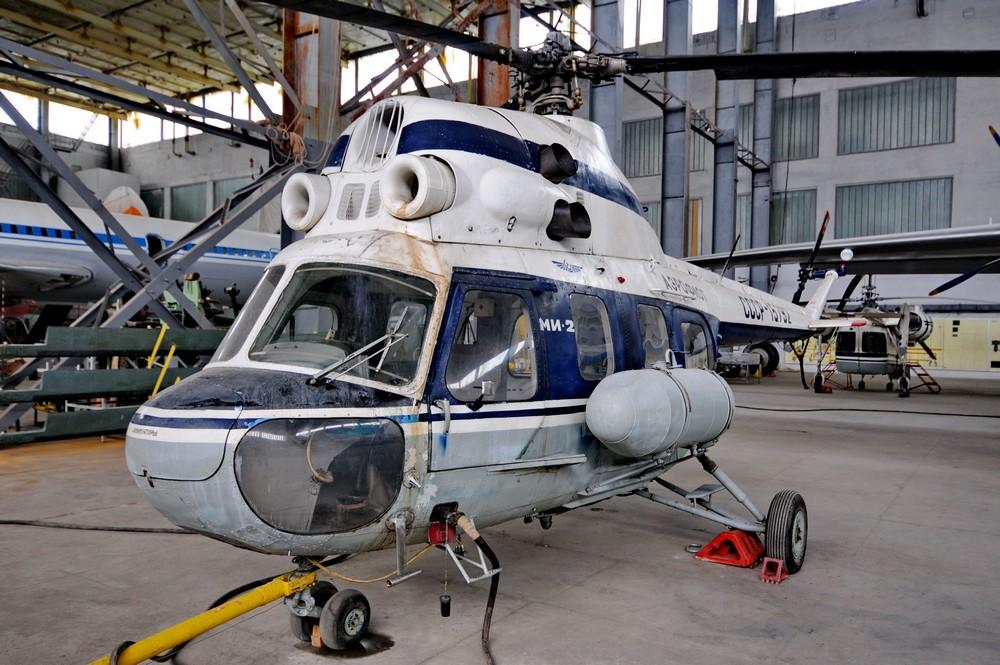 Вертолет Ми-2 в ангаре Национального авиационного университета в Киеве