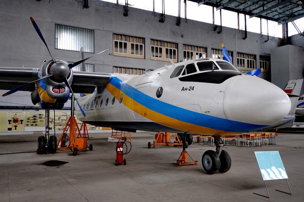 Ан-24 в ангаре НАУ в Киеве