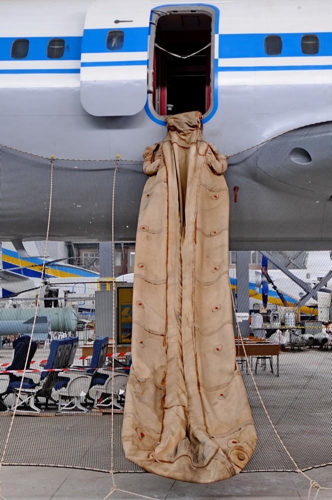 Надувной спасательный трап самолета Ту-154