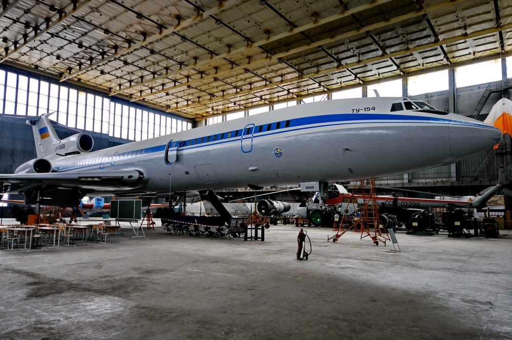 Ту-154 в учебном ангаре Киевского авиационного института