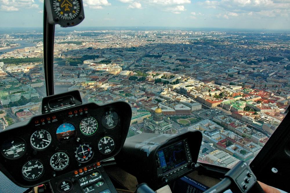 Вертолет над центром Санкт-Петербурга