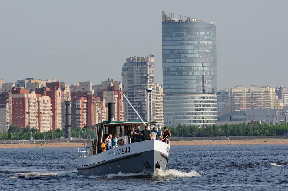 Катер Лагуна на фоне Атлантик-сити в Петербурге