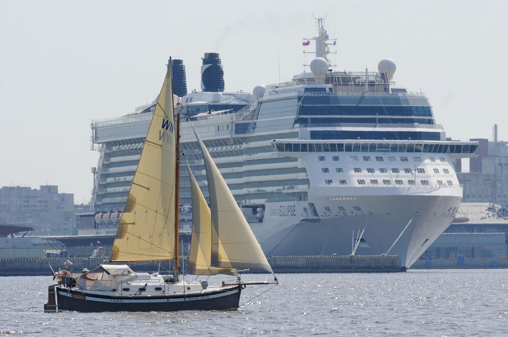 Яхта на фоне круизного лайнера Celebrity Eclipse