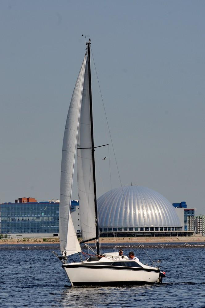 Парусная яхта на фоне аквапарка Питерлэнд
