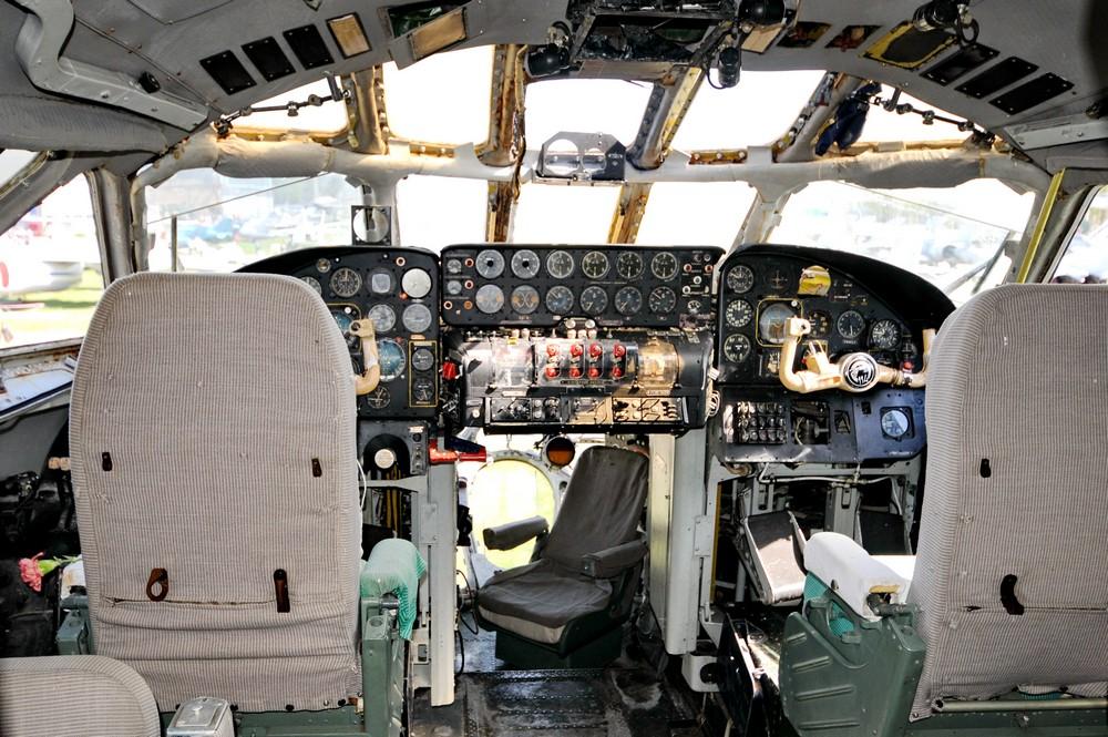 Кабина пилотов в Ту-114