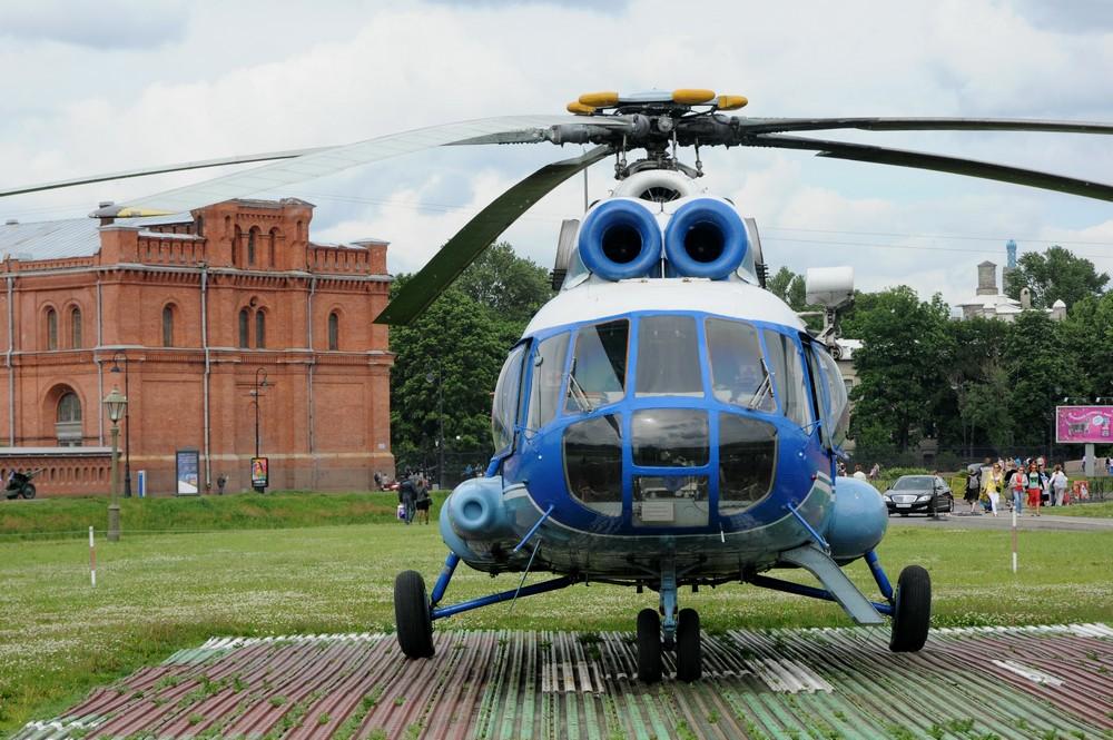 Ми-8 на площадке у Петропавловской крепости