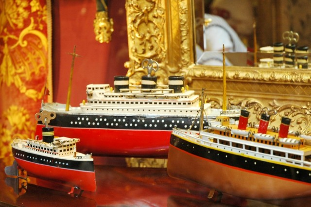 Модели океанских лайнеров в антикварной лавке