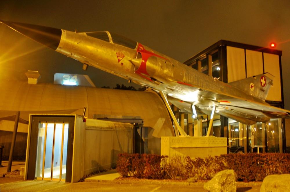 Самолет Mirage IIIS у входа в ресторан Runway34 в Цюрихе