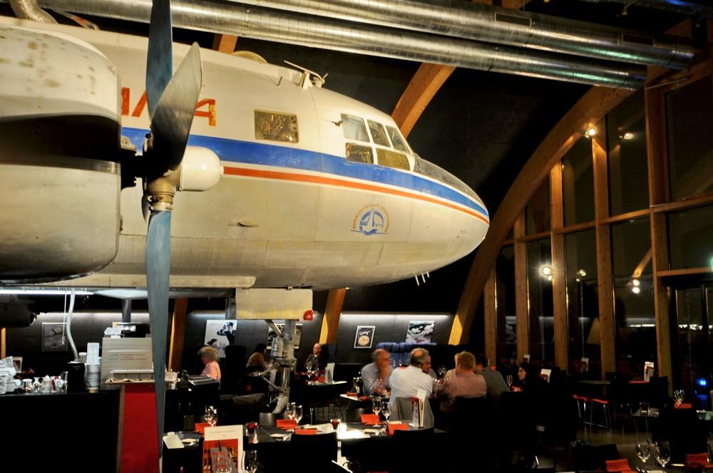 Самолет Ил-14 в ресторане Runway34 в Цюрихе