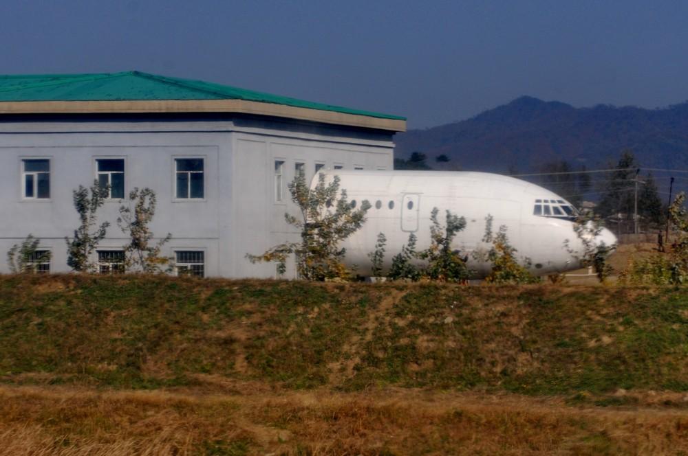 Носовая часть Ил-62 у административного здания в аэропорту Пхеньян