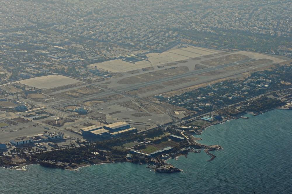 Заброшенный аэропорт Эллиникон в Афинах, вид с самолета