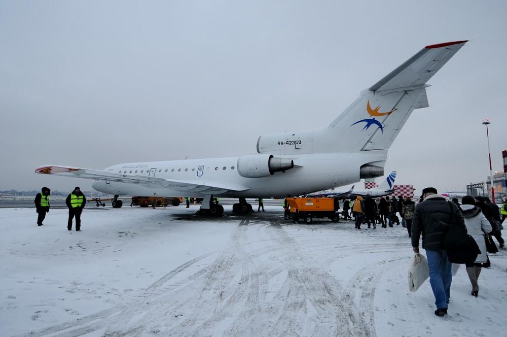 Самолет Як-42 на перроне аэропорта Пулково