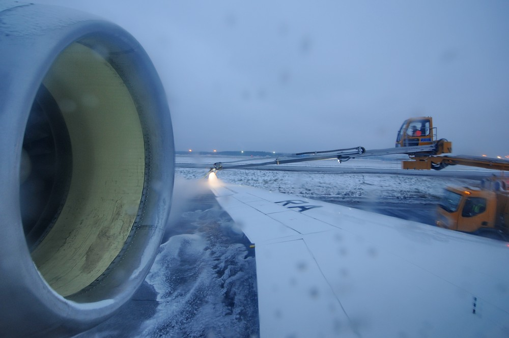 Обработка самолета Як-42 Арктикой