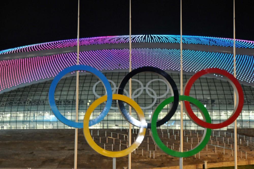 Олимпийские кольца на фоне хоккейного стадиона Большой. Сочи-2014