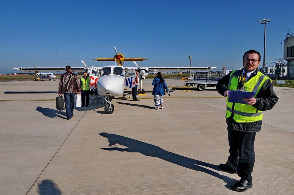 Посадка пассажиров в Трайсландер в аэропорту Гернси