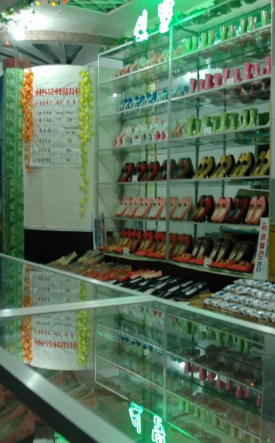 Внутри обувного магазина
