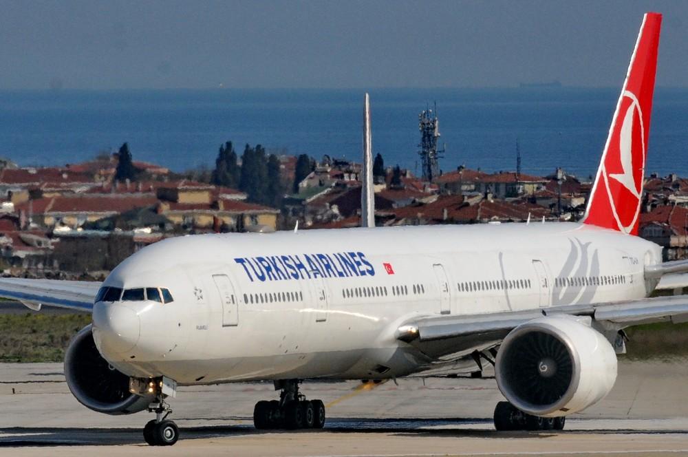 Самолет Боинг-777 Турецких авиалиний в аэропорту Стамбула