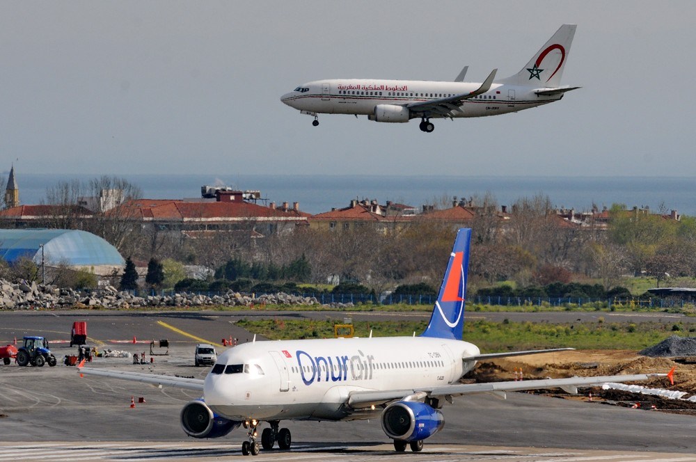 А-320 авиакомпании Onur Air и Боинг-737 Royal Air Maroc в аэропорту Стамбула