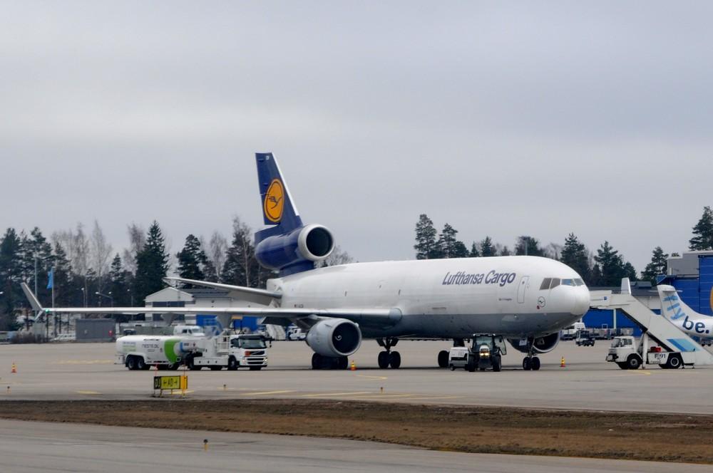 Самолет MD-11 авиакомпании Lufthansa Cargo в аэропорту Хельсинки
