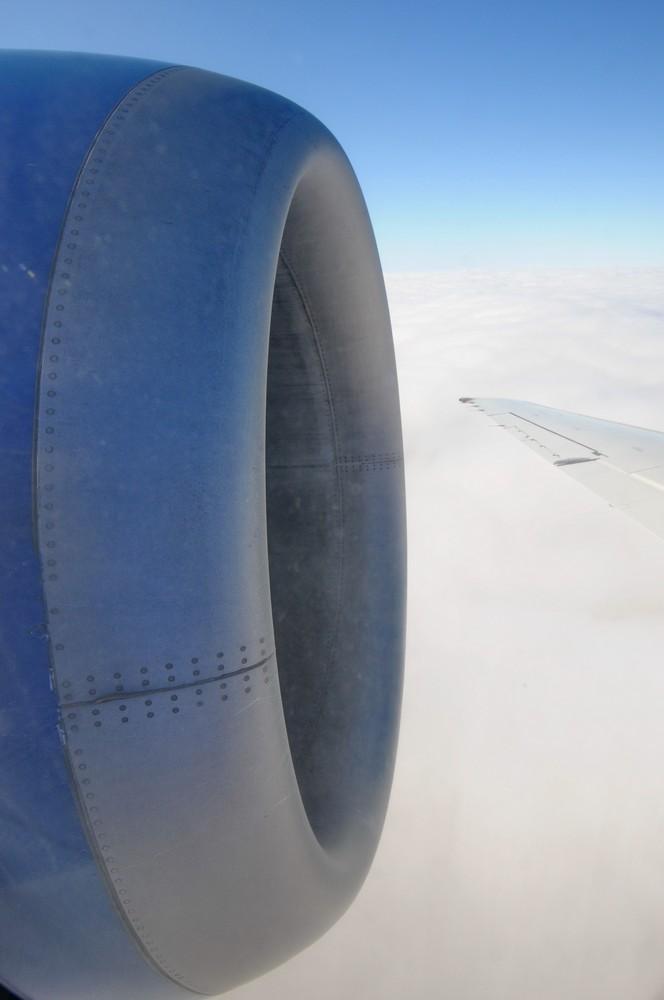 Вид на двигатель самолета Боинг-717 в полете