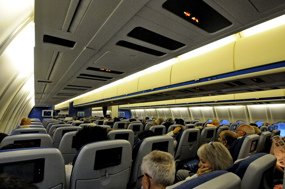 Салон экономического класса самолета MD-11 авиакомпании KLM
