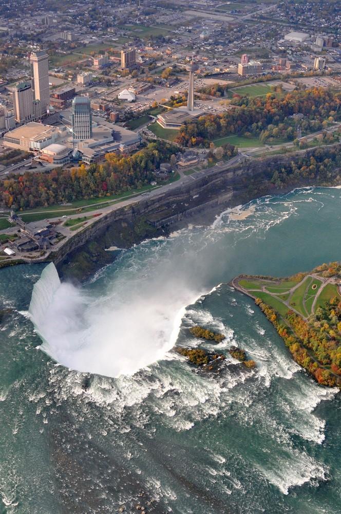 Ниагарский водопад и город с канадской стороны