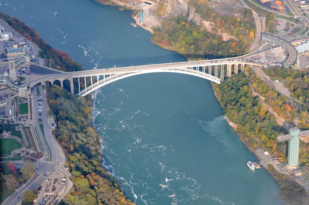Радужный мост между Канадой и США. Ниагарский водопад