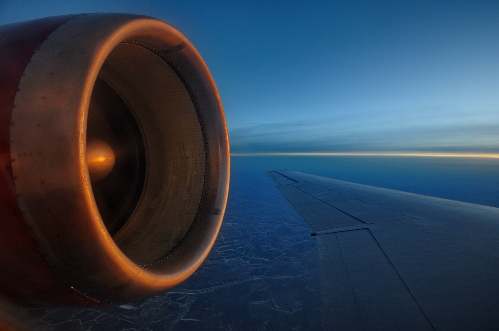Вид на двигатель Як-42 в полете. Закат