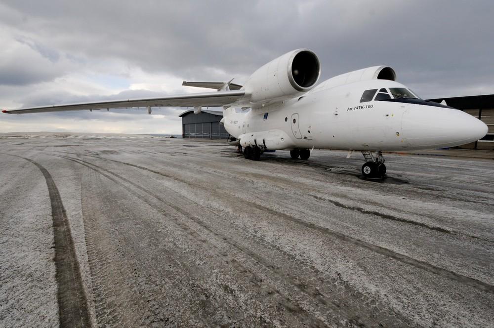 Самолет Антонов-74 в аэропорту Лонгйира