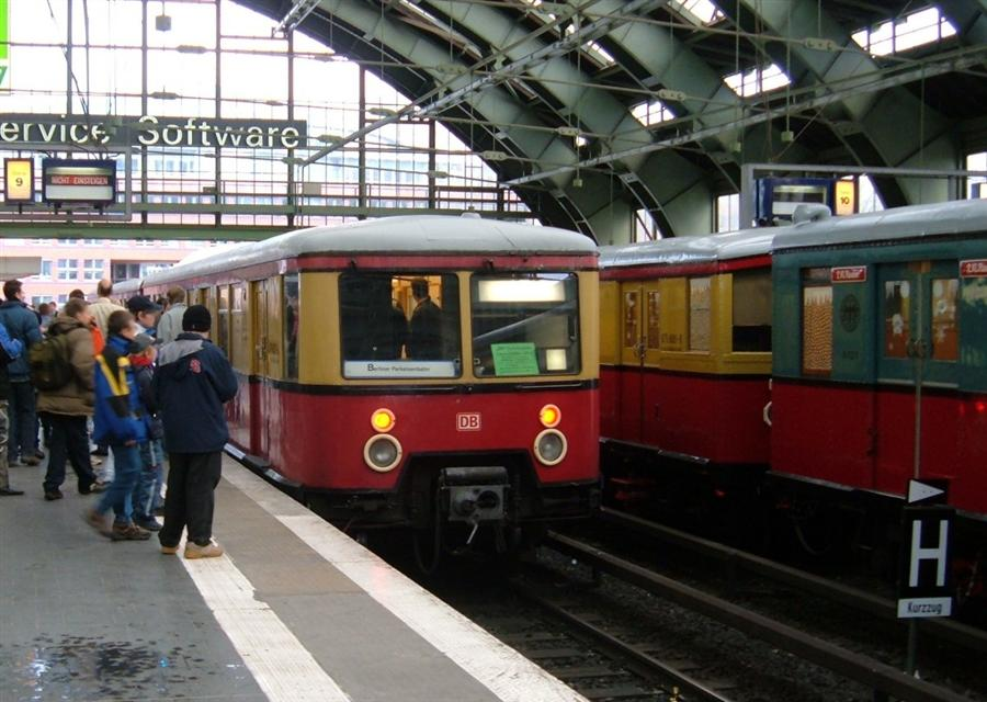 18122005-berlin-ostbahnhof-steuerviertel-br-477-767137 (Custom).jpg