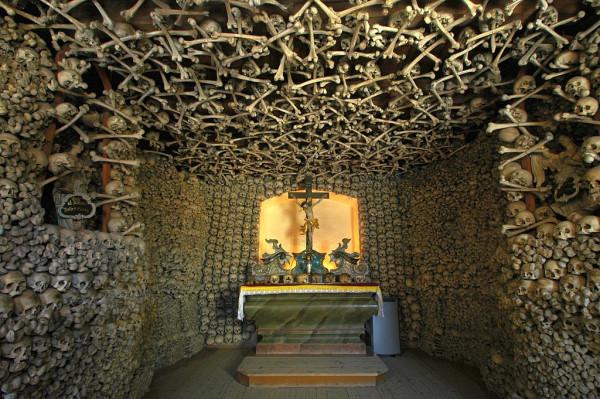 1024px-Poland_-_Czermna_-_Chapel_of_Skulls_-_interior_06