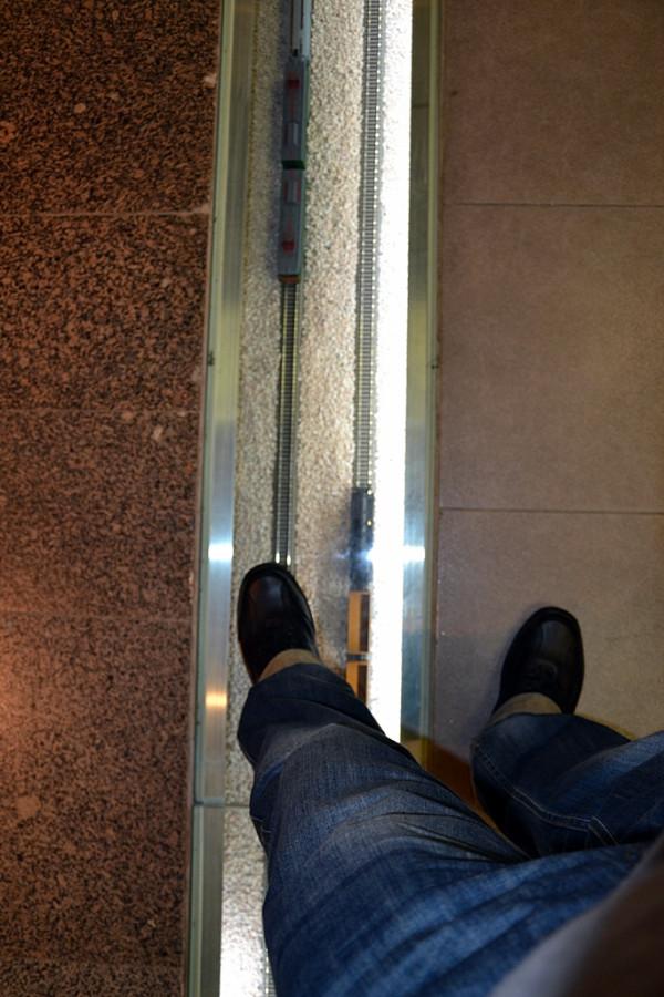 под ногами