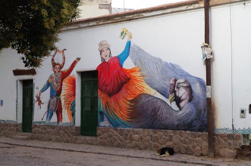 Как и везде, необычные яркие граффити. И много собак)