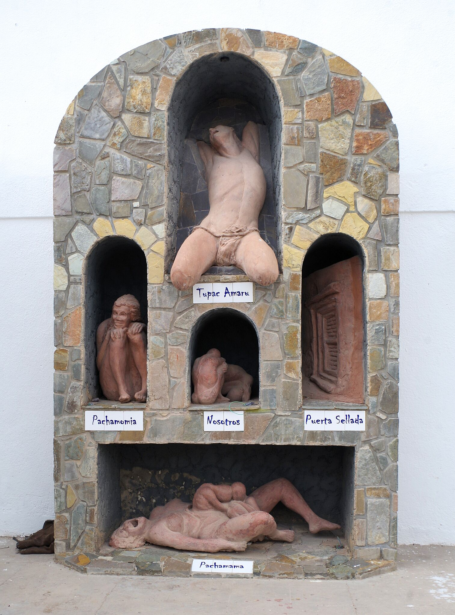 Это какой-то символический памятник, посвященный истории индейцев. Тупак Амару — последний вождь инков, казненный испанцами. Пачамама - одно из главных женских божеств в мифологии. Носотрос — мы. Пуэрта селлада — запечатанная дверь