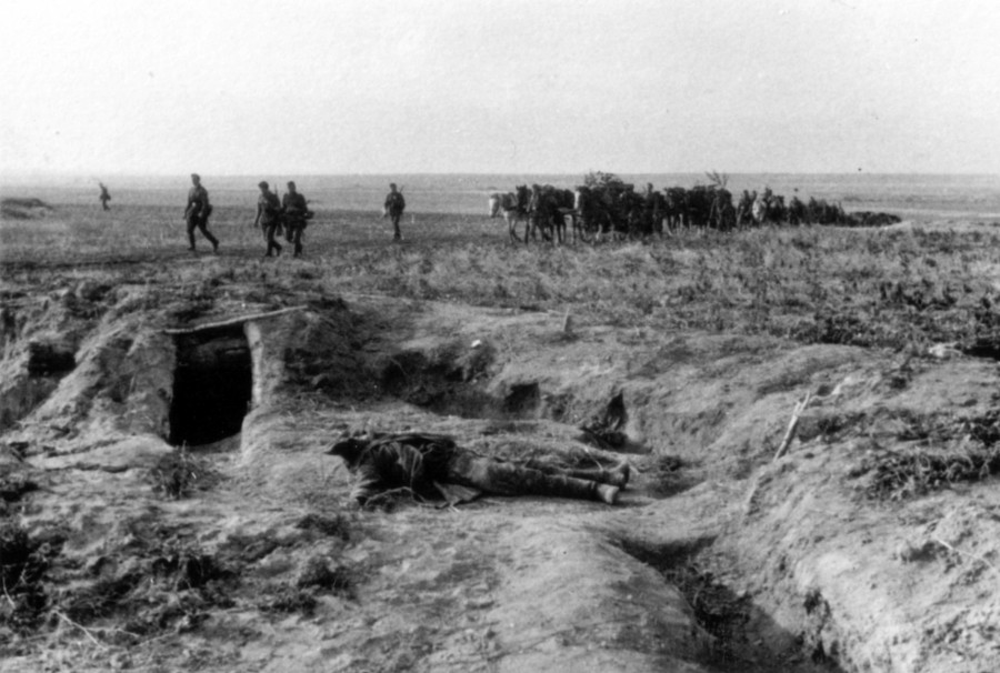 066 2 октября 1941 немцы переходят через т.н. линию Сталина. На переднем плане убитый красноармеец, который в одиночестве удерживал позицию