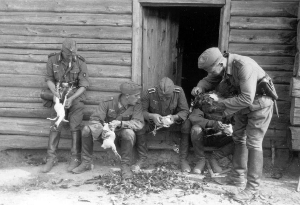 042 Солдаты штаба артполка расправляются с конфискованными курицами