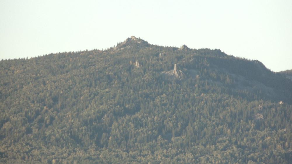 Вершина Большой Аваляк. Пирамиды торчат какие-то)