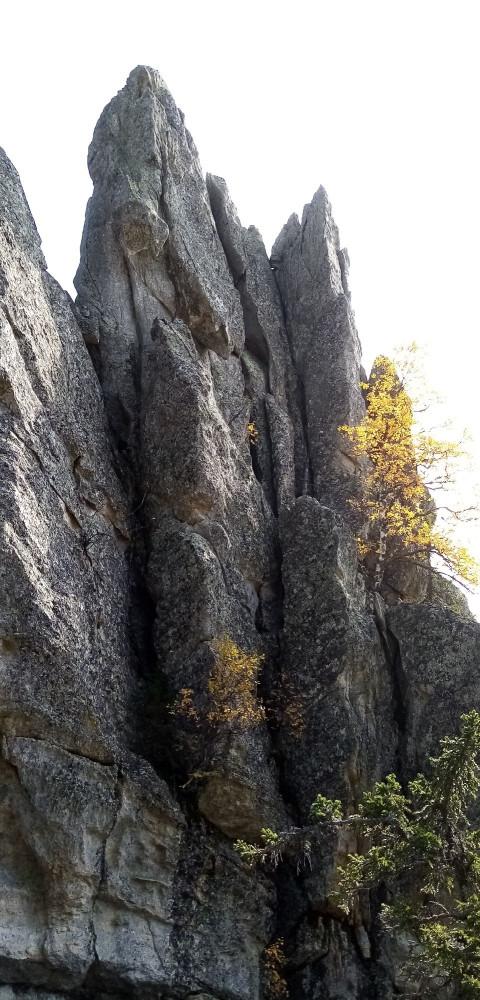 На хребте Аваляк, недалеко от вершины Большой Аваляк, есть скальные образования в виде высоких столбов (перьев)