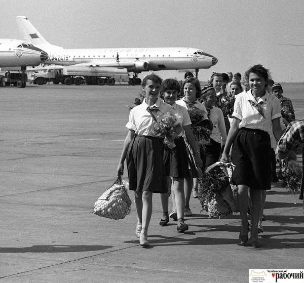 пионеры Ташкента в Челябинском аэропорту. июнь 1966