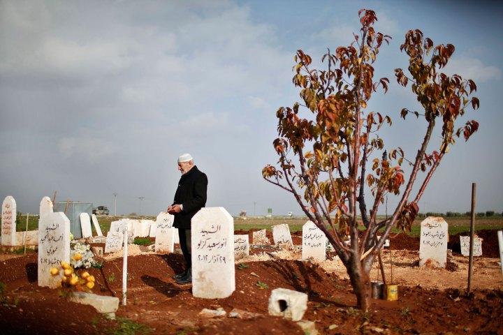 Старик и кладбище
