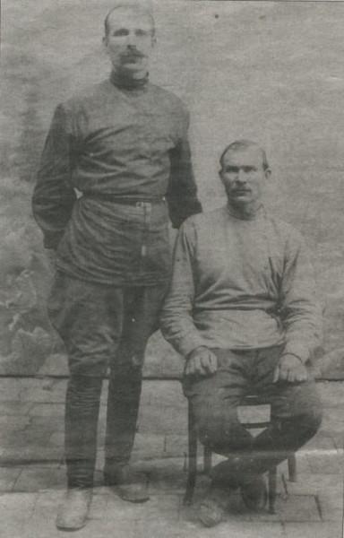 Полковник Паппенгут (стоит) и адъютант атамана Дутова есаул Могутный (сидит)