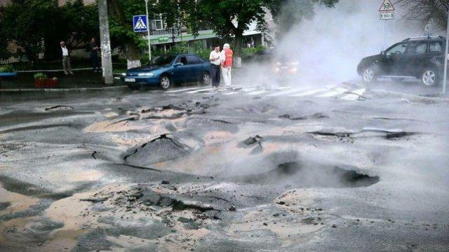 1339148707_rippled_kyiv_road_welcomes_euro_2012_640_01