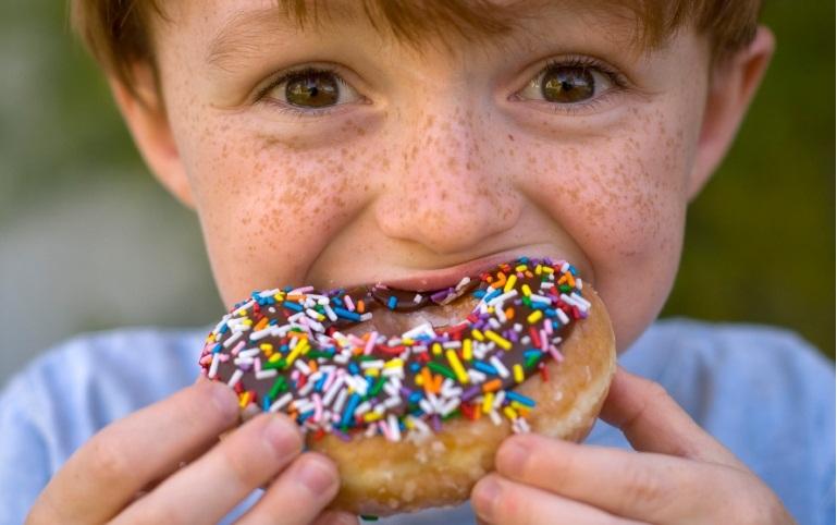 Картинка ребенок много есть