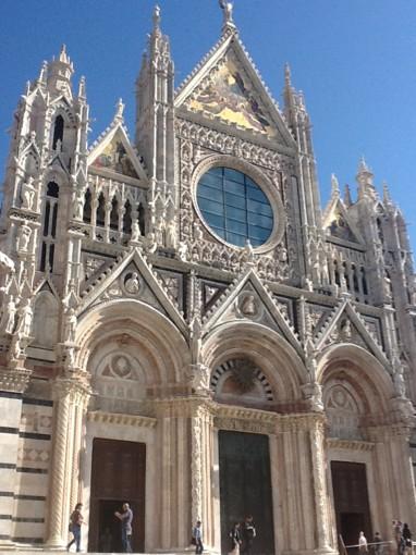 много туристов, которые вывели нас к Сиенскому готическому собору (Дуомо)