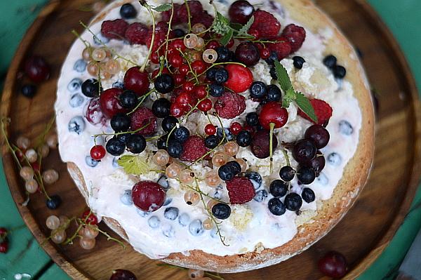 Торт бисквитный со сметанным кремом и ягодами - рецепт пошаговый с фото